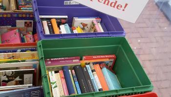 Bücher werden für eine Spende abgegeben