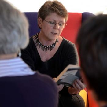 """Lesung an außergewöhnlichen Orten: Regina Schleheck las in """"Die kleine Galerie"""" in Witzhelden"""